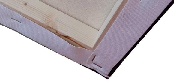 Imagen que ilustra como  se extiende la impresión por la cara trasera para cubrir todo el canto del bastidor